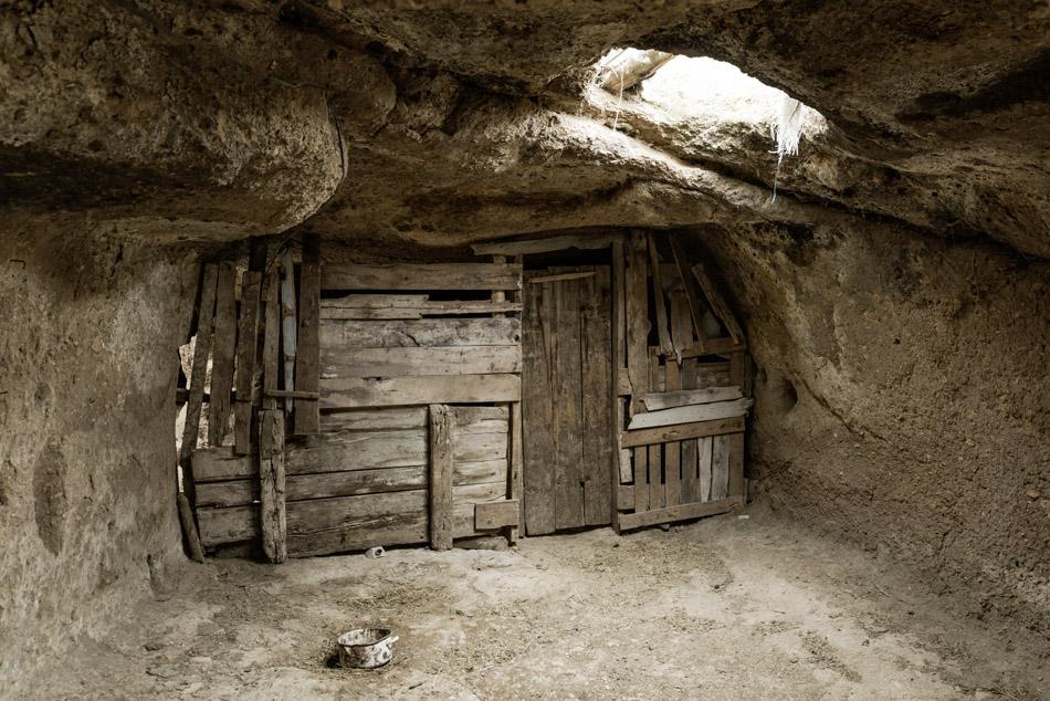 Stall in einer alten Höhle