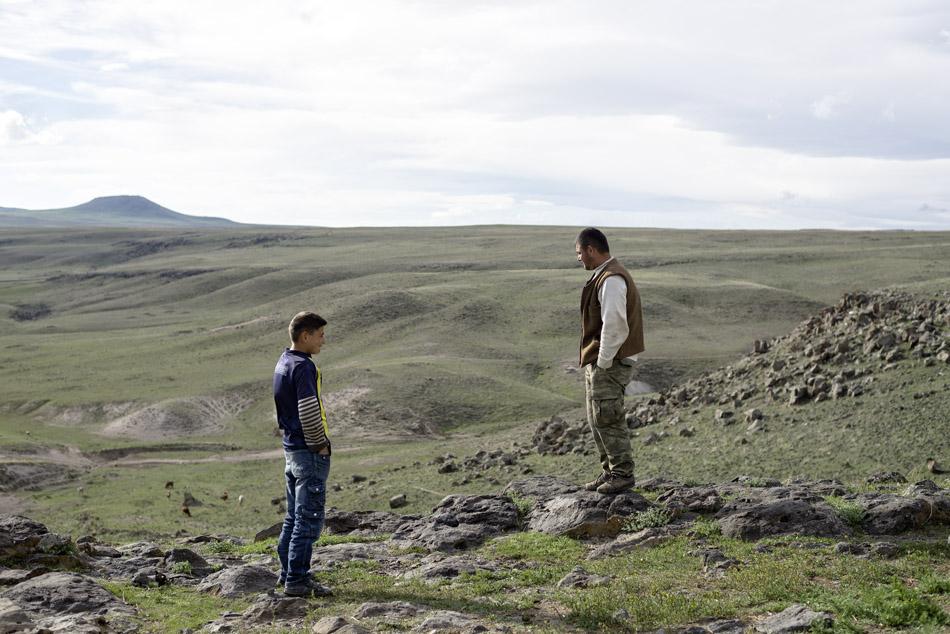 Vater und Sohn blicken über die weitläufige Landschaft